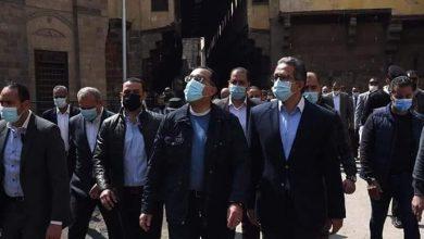 Photo of رئيس الوزراء ومرافقيه يتفقدون وكالة الغوريه والمناطق المحيطةبها بالقاهرة