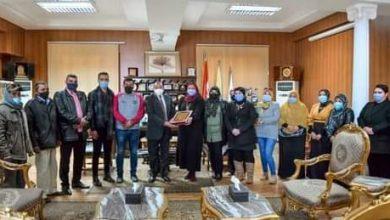 Photo of العاملون بكلية السياحة يشكرون رئيس جامعة بني سويف لتحسين أوضاعهم المالية