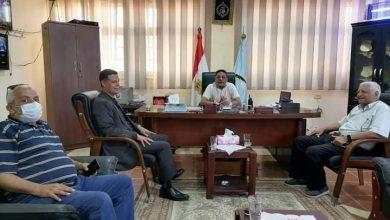 Photo of رئيس مدينة رأس غارب و السيد الدكتورمدير عام الطب البيطري بالبحر الأحمر يتفقدان المجزر الألي بالمدينة.