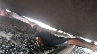 Photo of بالصور … شاب كاد يفقد حياته تحت عجلات القطار